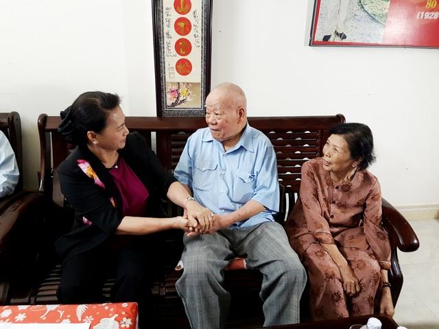 Chủ tịch Quốc hội Nguyễn Thị Kim Ngân thăm hỏi, động viên vợ chồng Đại tá Trần Kim Anh