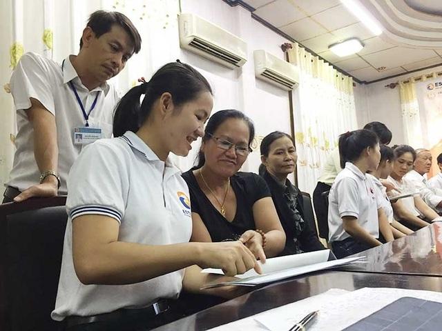 Sau khi trúng tuyển, các công ty Nhật mời thân nhân các ứng viên đến để thông tin chi tiết và trả lời các thắc mắc về điều kiện, thời gian làm việc và thu nhập của con em họ. Ảnh: AN NHIÊN