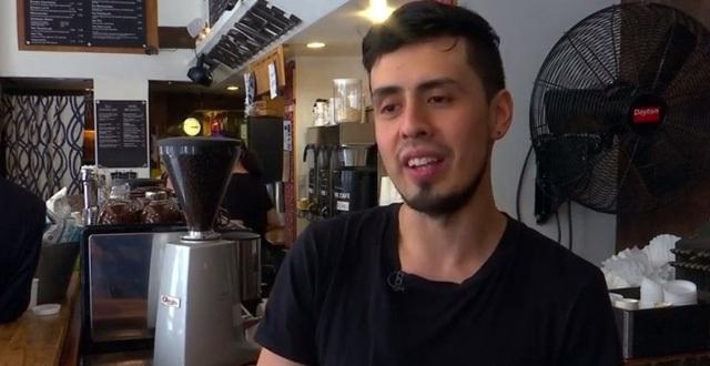 Anh Jonathan Rivera chia sẻ: Lý do tôi làm 2 công việc là vì tôi cần phải thanh toán các hoá đơn, các khoản chi tiêu.