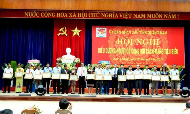 Lãnh đạo tỉnh Quảng Nam tặng bằng khen cho những người có công tiêu biểu tỉnh Quảng Nam (Ảnh: Công Bính)