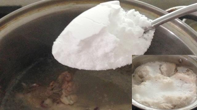 Bột hầm nhừ soda có màu trắng, dễ dàng mua trên thị trường. Khi cho 1 thìa bột vào hầm xương, lập tức nồi nước nổi bọt đen ngòm (ảnh nhỏ)