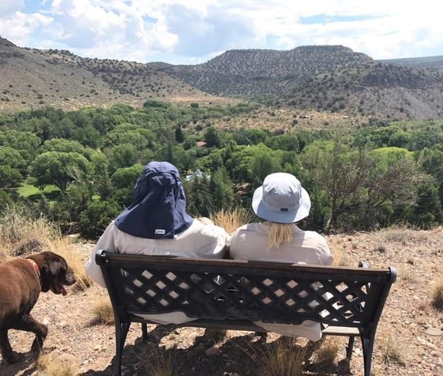 Bức ảnh bà Meghan McCain và bố là nghị sĩ McCain trên đỉnh núi được bà chia sẻ trên TWITTER.