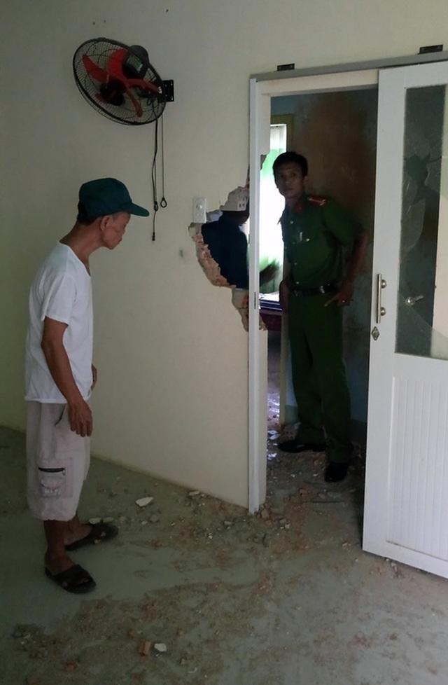 Một mảnh kim loại sau khi phá vỡ tường, bay cắm vào cửa phòng ngủ nhà ông Bình