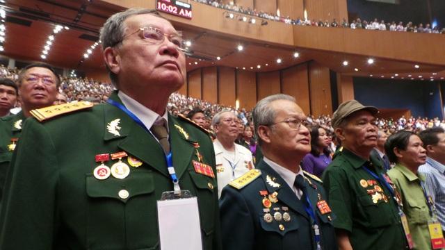 Các đại biểu trang nghiêm làm lễ chào cờ.