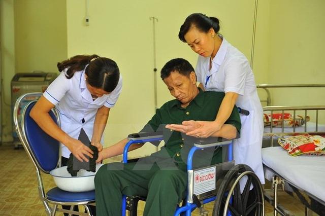 Các cán bộ chăm sóc y tế đối với thương binh nặng, người có công. (Ảnh minh họa: Minh Đức/TTXVN)