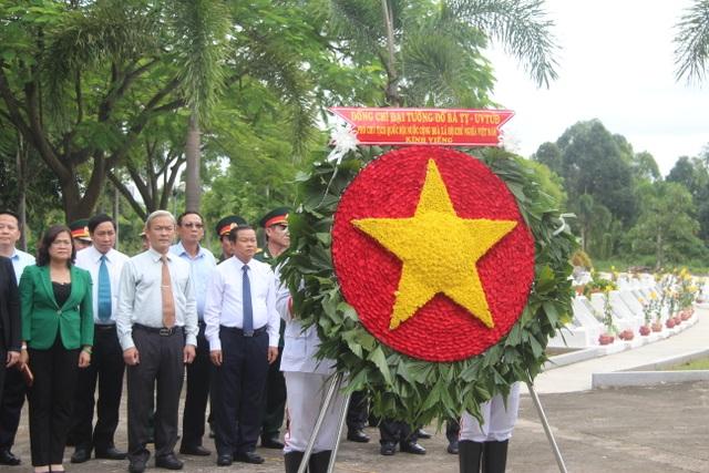 Phó Chủ tịch Quốc hội Đỗ Bá Tỵ viếng nghĩa trang Liệt sĩ tỉnh Đồng Nai