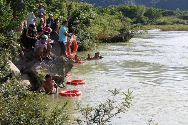 Lực lượng chức năng và người dân nỗ lực tìm kiếm hai học sinh mất tích