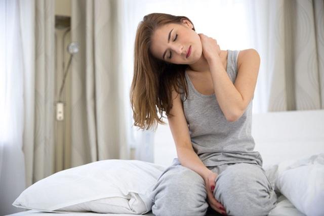 Nếu triệu chứng đơ cổ lặp lại nhiều lần, bạn nên tìm đến bác sĩ