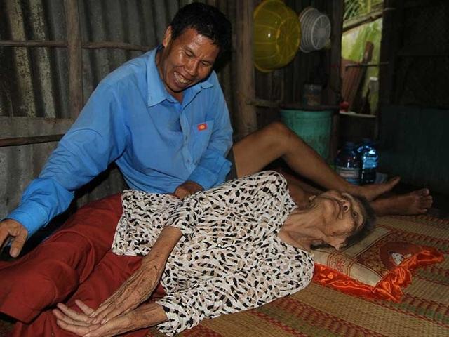 Anh Nguyễn Văn Đợi luôn ở bên cạnh mẹ mỗi giây mỗi phút mà không muốn đi đâu xa vì nhớ mẹ... Ảnh: TÍN HUY
