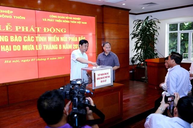 Bộ trưởng Nguyễn Xuân Cường ủng hộ đồng bào vùng thiệt hại do mưa lũ.