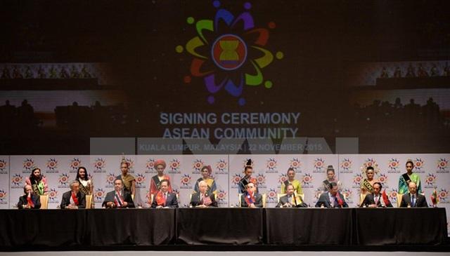 Các nhà lãnh đạo 10 quốc gia ASEAN ký Tuyên bố Kuala Lumpur năm 2015 về Thành lập Cộng đồng ASEAN và Tầm nhìn Cộng đồng ASEAN đến năm 2025 (22/11/2015). (Ảnh: Tư liệu TTXVN)