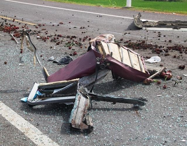 Ghế xe khách rơi xuống đường
