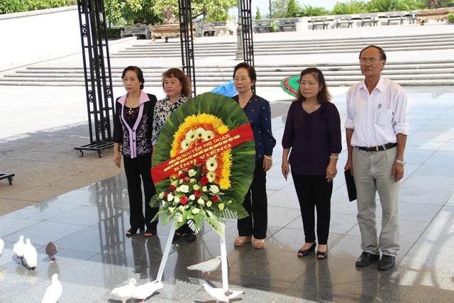 GS-TS Nguyễn Thị Doan, Chủ tịch Hội Khuyến học Việt Nam cùng đoàn đến dâng hoa, dâng hương tri ân các liệt sĩ tại Nghĩa trang Quốc gia đường 9