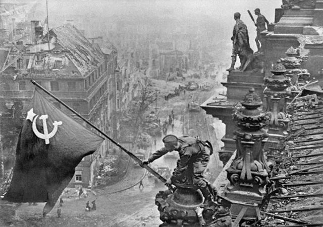Binh sĩ Liên Xô cắm cờ chiến thắng trên nóc tòa nhà Quốc hội Đức ở Berlin ngày 1/5/1945. Ảnh: Sputnik