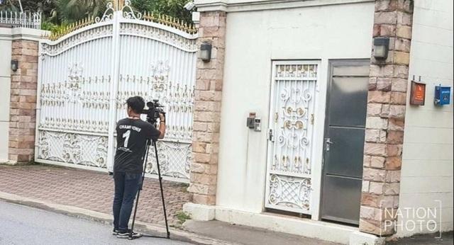 Một phóng viên chờ đợi bên ngoài nhà của bà Yingluck ở quận Bueng Koom, Bangkok (Ảnh: The Nation)