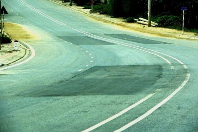 Một con đường vừa làm xong đã vá chằng, vá đụp ở Bắc Kạn. (Ảnh: baoxaydung.com.vn)