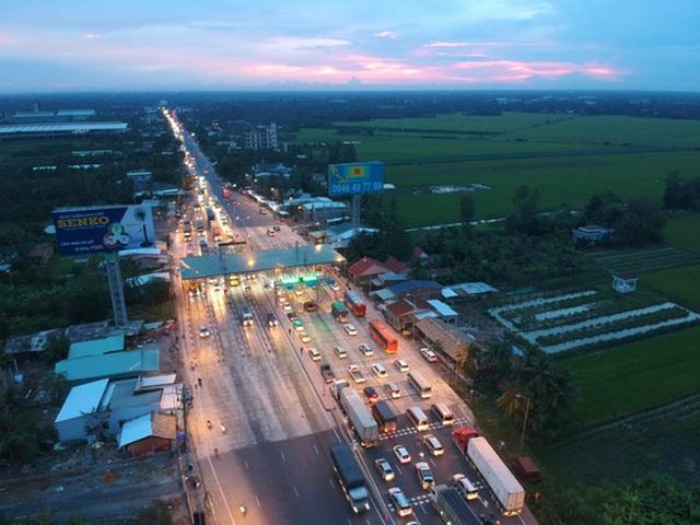 Trạm thu phí BOT Cai Lậy kẹt xe kéo dài 3km vào tối 15-8.