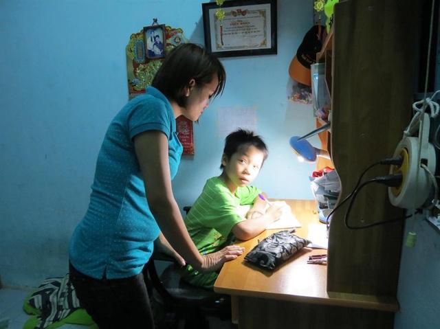 Nữ công nhân khu nhà trọ ấp Đông (huyện Hóc Môn, TP.Hồ Chí Minh) cùng con chuẩn bị cho năm học mới. (Ảnh: Lê Tuyết)
