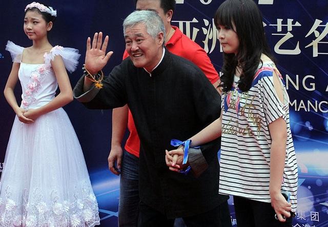 Bất ngờ với nhan sắc con gái đại gia ngành giải trí Trung Quốc - 1
