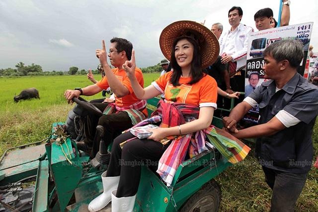 Bà Yingluck Shinawatra khi còn là ứng cử viên đảng Pheu Thai, xuất hiện cùng phó phát ngôn viên đảng Pheu Thai – Jirayu Huangsap khi ông Huangsap ra mắt chiến dịch tranh cử tại khu vực bỏ phiếu của ông ở Klong Sam Wa (Bangkok, Thái Lan) ngày 5/6/2011. Ảnh: Bangkok Post