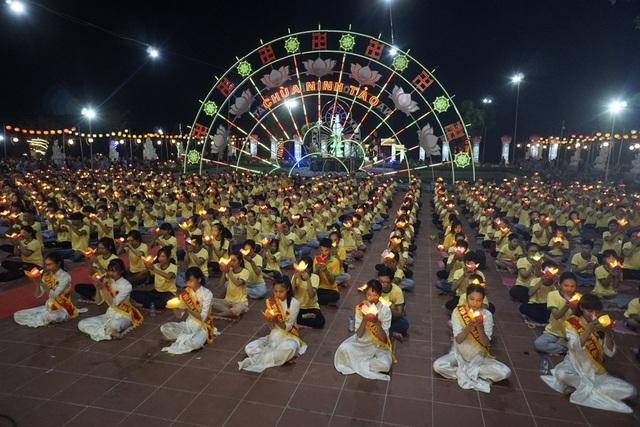 Với chủ ý hướng tới giới trẻ, lễ Vu Lan tại chùa Ninh Tảo năm nay dành khoảng sân trung tâm cho riêng các bạn trẻ.