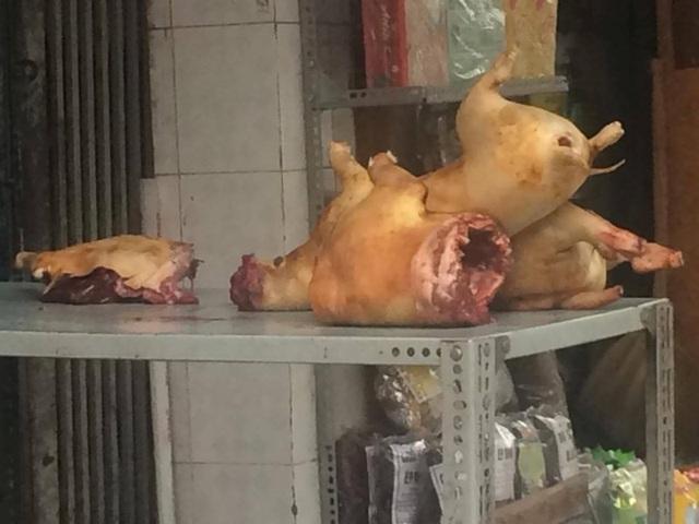 Thịt chó được bán khá nhiều trên thị trường. Khó có thể nhận biết được chó chết có phải bị đánh bả hay không. Ảnh: Nguyên Võ