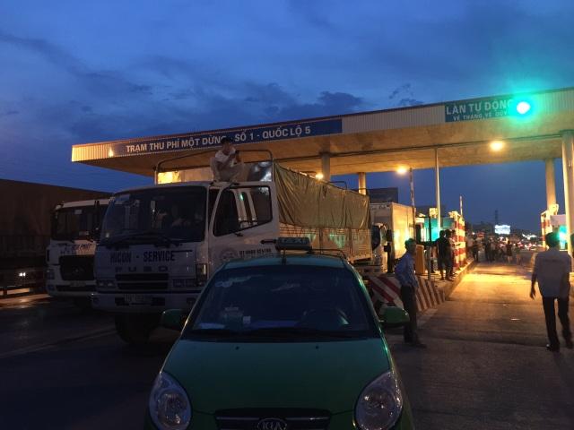 Xe tải, xe bồn đỗ xếp hàng ở trạm thu phí số 1 trên Quốc lộ 5
