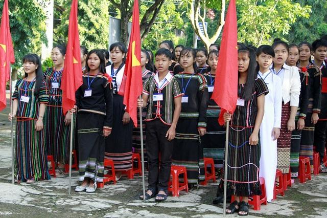 Học sinh đồng bào các dân tộc xúng xính trong trang phục truyền thống dự lễ khai giảng