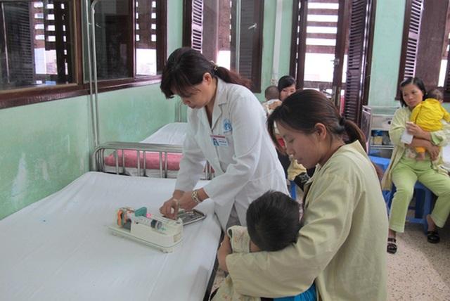 Nếu được bác sĩ khám ghi đơn thuốc, phải dùng đúng, dùng đủ thuốc và thực hiện tốt các chỉ dẫn Ảnh: NGỌC DUNG