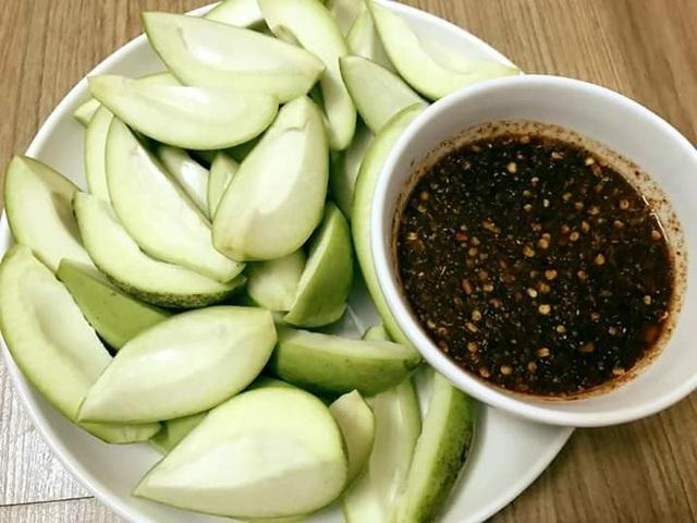 Xoài bao tử chấm mắm Thái đang là món ăn vặt gây sốt trong thời gian gần đây