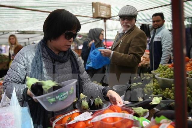 Người dân mua hàng hóa tại siêu thị Whitechapel ở đông London. (Nguồn: AFP/TTXVN)