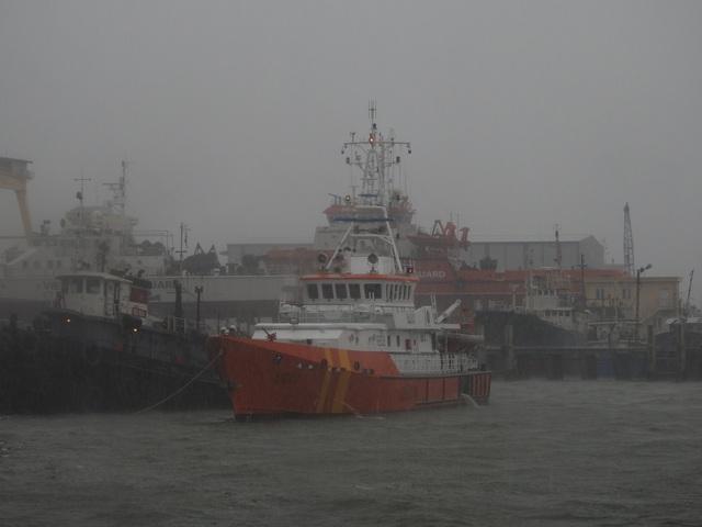 Tàu SAR 412 đã cứu được 11 thuyền viên và hỗ trợ lai dắt tàu cá bị hỏng máy vào bờ an toàn