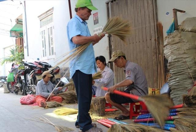 Xóm chổi Sài Gòn giờ chẳng còn mấy ai theo nghề.