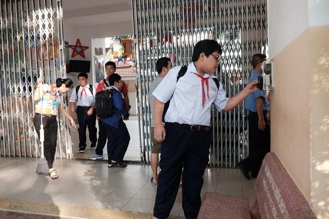 Từ ngày 19/9, học sinh trường THCS Trần Văn Ơn chính thức cho học sinh quẹt thẻ từ để điểm danh. (Ảnh: Thanh Tuyền)