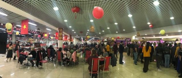 Trước giờ khai mạc, khách đã kéo tới đông chật để thưởng thức các món ăn Việt Nam, trong đó phần lớn là khách người Nga.