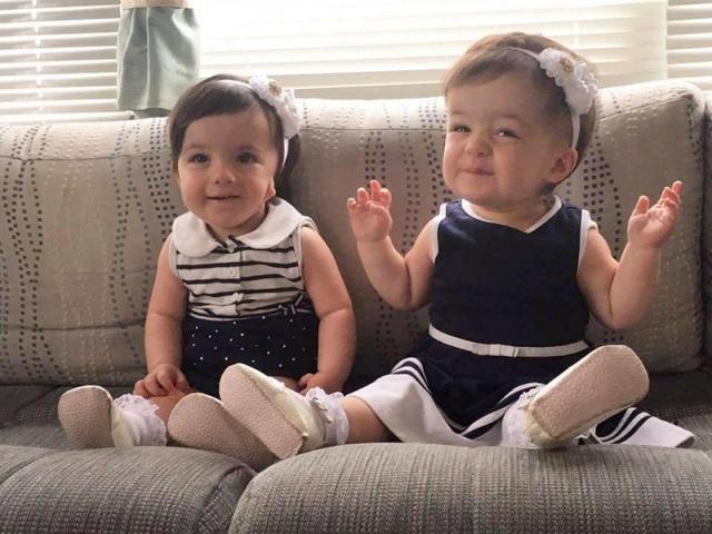 Bé Hazel và em gái Lily cùng mắc căn bệnh lạ khiến thực quản không nối với dạ dày