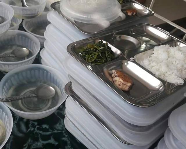 Hình ảnh suất cơm của học sinh trường tiểu học Điện Biên 2 được đưa lên face book khiến phụ huynh xót xa