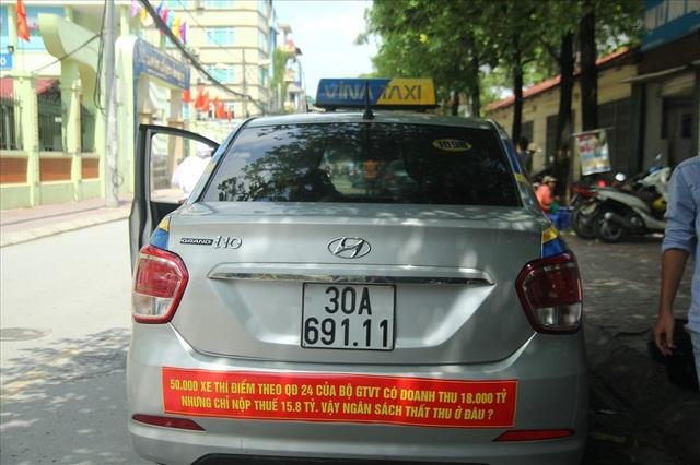 Taxi dán khẩu hiệu phản đối Quyết định 24 của Bộ GTVT. Ảnh: Cường Ngô