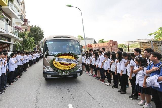 Học sinh trường Lương Thế Vinh xếp hàng đưa tiễn thầy Văn Như Cương (Ảnh: Kim Sơn)