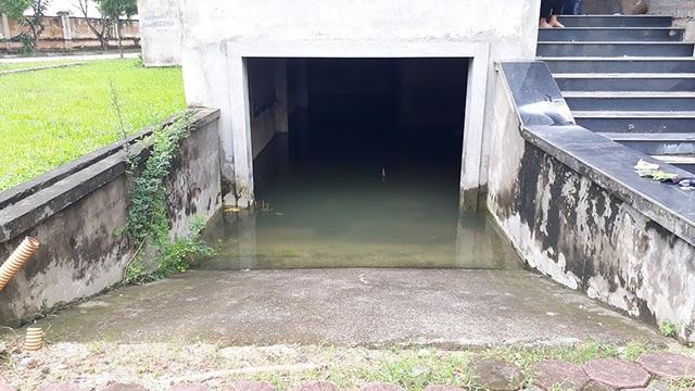Tầng hầm của một căn biệt thự tại KĐT Lê Trọng Tấn ngập nước sau trận mưa lớn.