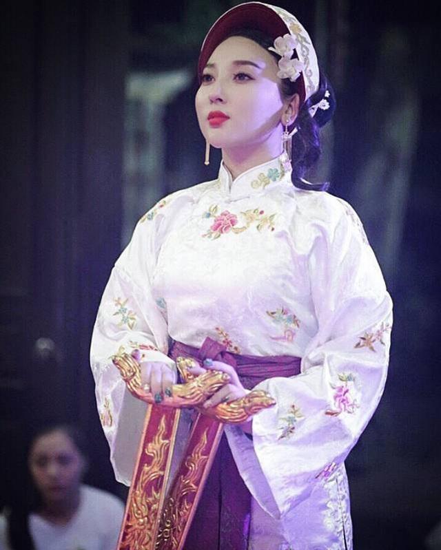 Mặc dù còn rất trẻ, nhưng Hà Trang đã bén duyên với loại hình tín ngưỡng dân gian lâu đời.
