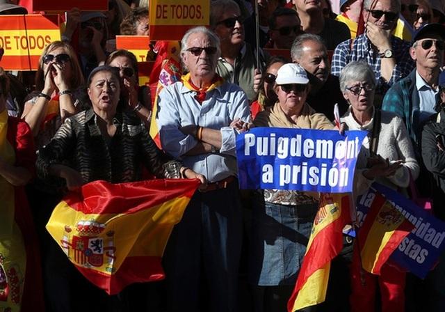 Những người biểu tình kêu gọi tống giam ông Carles Puigdemont, thủ hiến Catalonia vừa bị sa thải, tại Madrid ngày 28-10 Ảnh: REUTERS