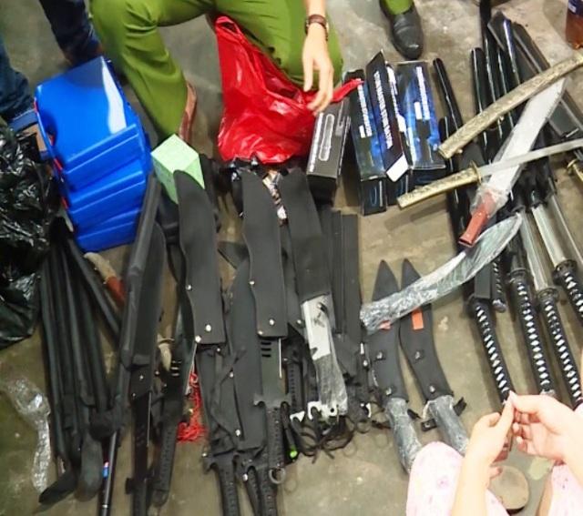 Nhiều loại dao, kiếm, cung cụ nguy hiểm bị phát hiện