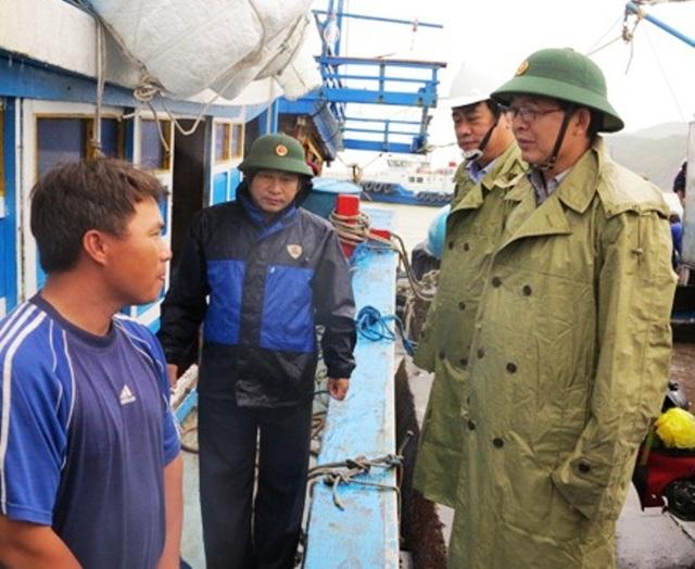 Chủ tịch UBND tỉnh Bình Định Hồ Quốc Dũng kiểm tra khu neo đậu tàu thuyền ở cảng Quy Nhơn