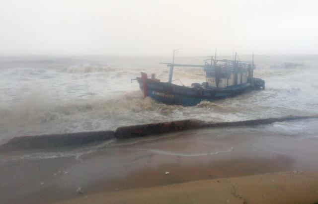 Nhiều tàu thuyền bị đánh chìm và mắc cạn vào biển Quy Nhơn (ảnh Doãn Công)