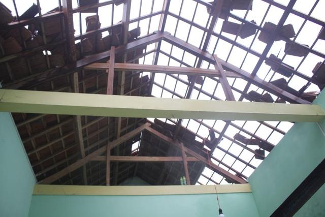 40 nhà dân xã Đức Phong (huyện Mộ Đức) bị tốc mái hoàn toàn