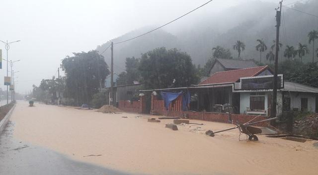Các tuyến đường qua trung tâm huyện Nam Đông ở thị trấn Khe Tre bị ngập từ 0,3-0,5m