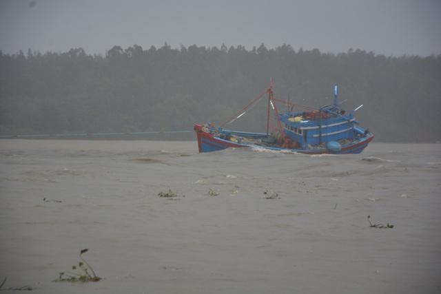 Tàu cá của ngư dân bị nước lũ cuốn trôi ra cửa biển Sa Kỳ
