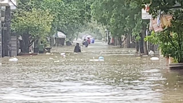 Nước lũ mênh mông tại phường Thuận Lộc, TP Huế