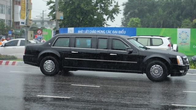 Chiếc Cadillac One mang biệt danh Quái thú di chuyển trên đường phố Đà Nẵng.